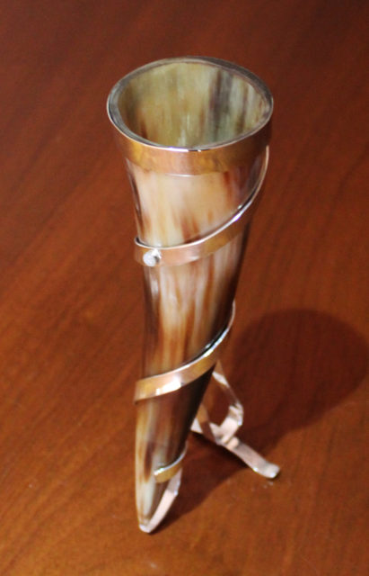 drinking_horn_on_stand_2_3